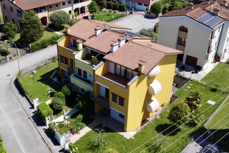 SPLENDIDA TRIFAMILIARE DI TESTA in centro con enorme giardino, 4 camere e taverna!